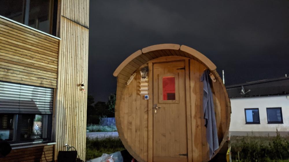 Die Sauna von Außen Nacht Frontansicht